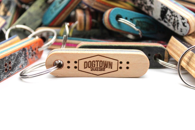 Nachhaltige Schlüsselanhänger aus wiederverwerteten Skateboards Victim Brand Gravur Personalisiert Dogtown Skateshop Skateboard